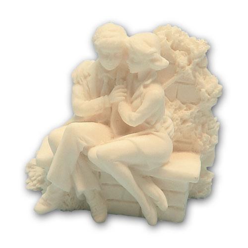 Item # 11645 - Bruidspaar Marmer Zittend Op Muurtje - Maat 6,5 c