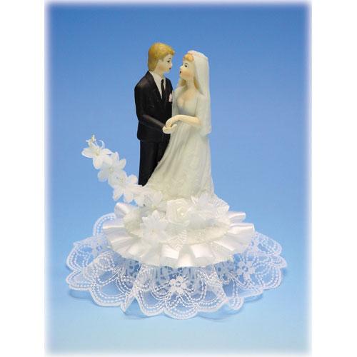 Bruidspaar Porselein C - op voetje met bloemen en kant
