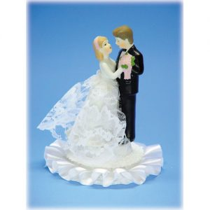 Bruidspaar Porselein E - op voetje met kanten rok