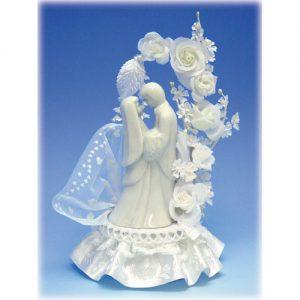 Bruidspaar Porselein F - op voetje met bloemenboog