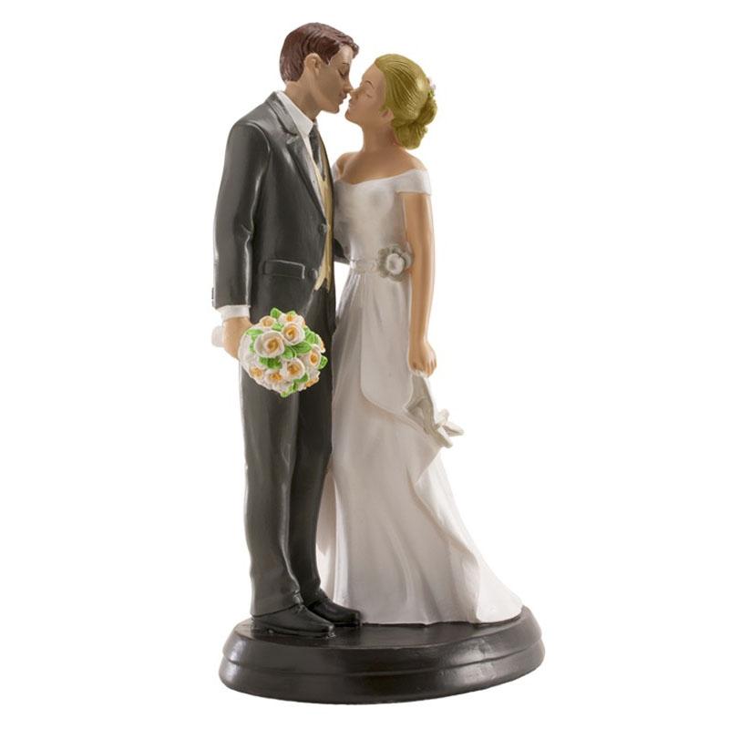 bruidspaar romantisch kussend met hakken in de